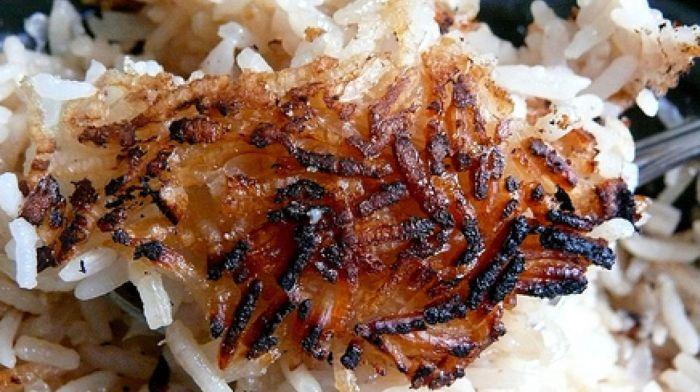 Пригоревший рис спасет лук. /Фото: ukr.media