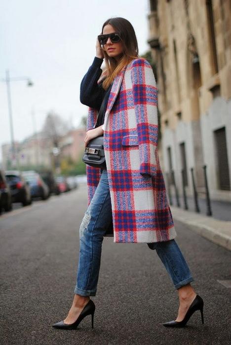 Добавьте к джинсам модное клетчатое пальто и туфли на каблуки и модный образ готов. /Фото: crnobelo.com