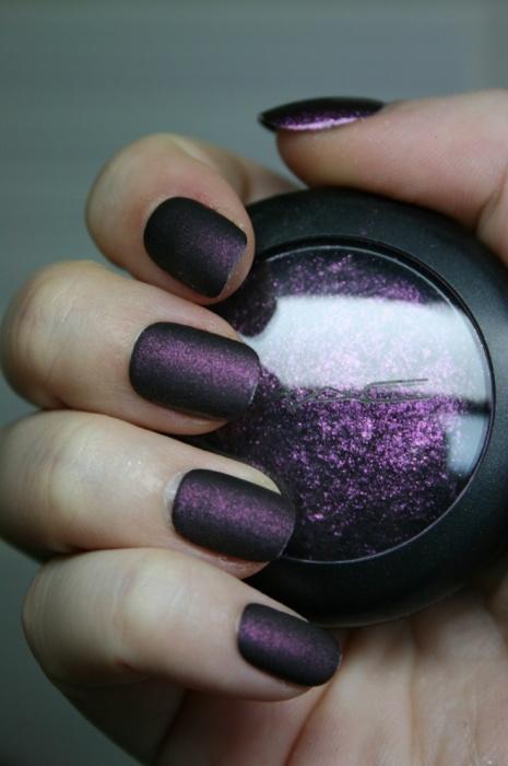 С тенями для век можно создать текстурный лак. /Фото: pulse.lk