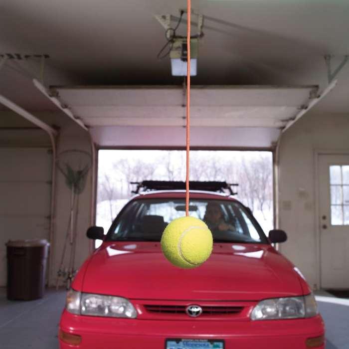 Теннисный мяч выполнит роль парктроника. /Фото: sbly-web-prod-shareably.netdna-ssl.com