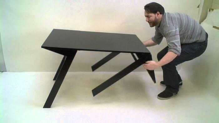 Журнальный столик превращается в полноценный обеденный стол. /Фото: i.ytimg.com