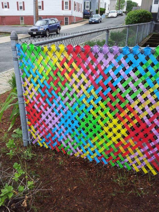 На рабице можно «вышивать» яркие узоры, меняя их время от времени на новые. /Фото: fenceanddecksupply.com