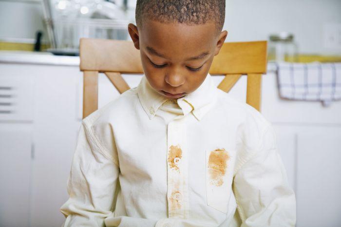 Пятно на белой рубашке не должно расстраивать. /Фото: thespruce.com