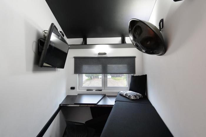 Спальное место с успехом трансформируется в рабочую зону. /Фото: q-cf.bstatic.com