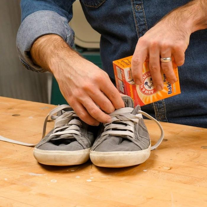 Пара ложек соды – и обувь перестает источать неприятный запах. /Фото: familyhandyman.com