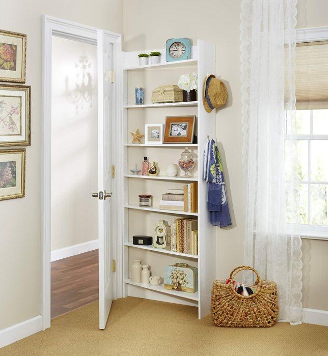За дверью можно расположить узкий стеллаж. /Фото: images-na.ssl-images-amazon.com