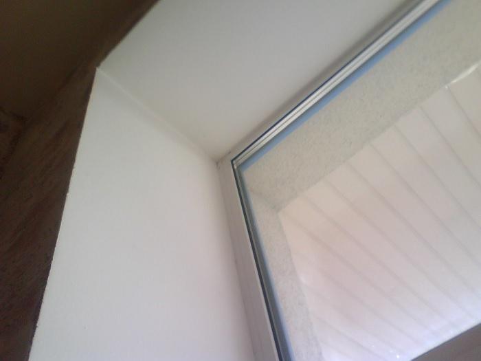 В сквозняке не всегда виновато окно. /Фото: obustroeno.com