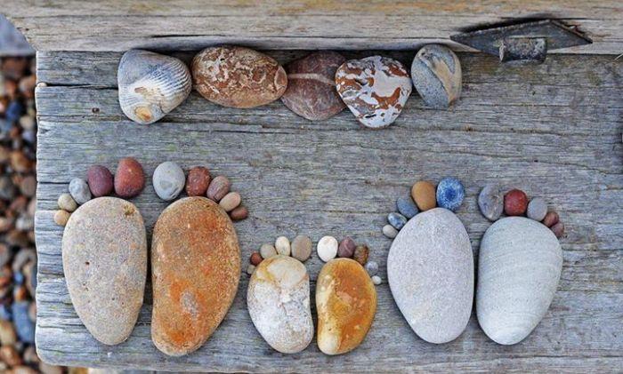 Следы из камней — хорошее украшение или функциональная дорожка. /Фото: i.pinimg.com