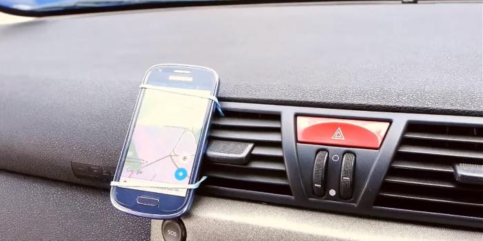 Немного изобретательности и смартфон с картой будет прочно закреплен.