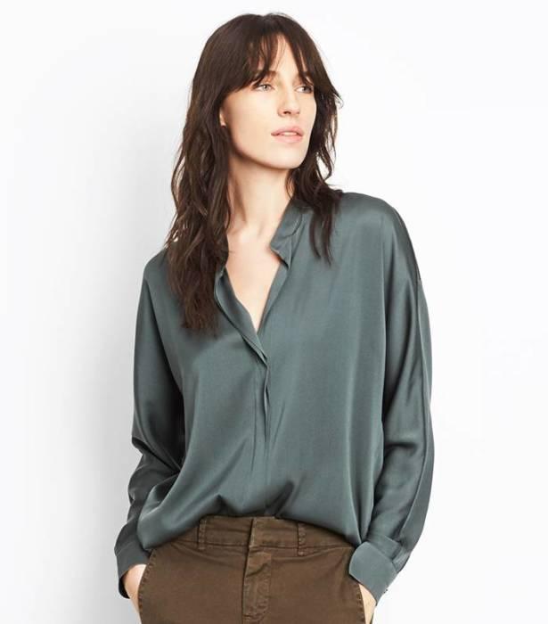 Шелковая блузка делает образ наряднее. /Фото: cdn.cliqueinc.com