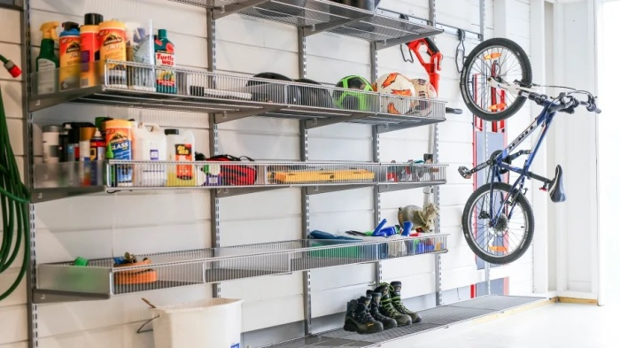 Открытые полки – лучший способ хранения в гараже. /Фото: resources.mynewsdesk.com