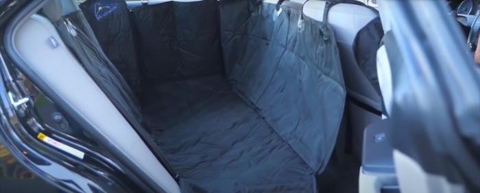Чехол защищает обивку от шерсти и других загрязнений, когда в машине едут собаки. /Фото: youtube.com