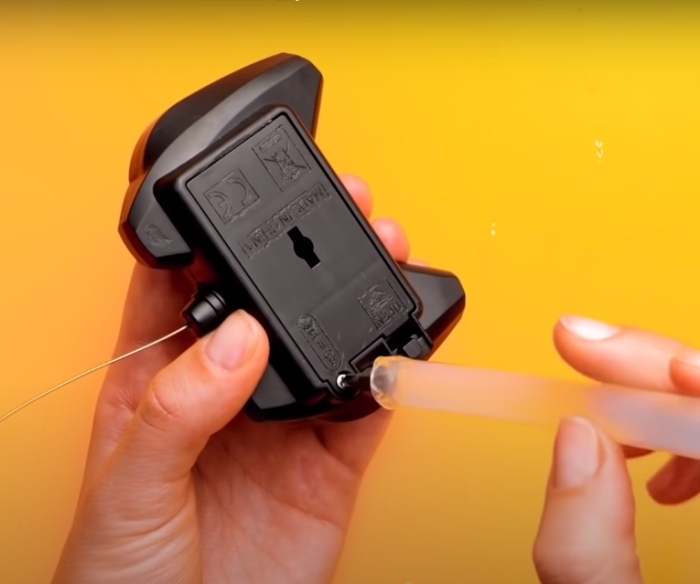 Простой лайфхак, который позволяет обойтись насадкой для отвертки без самой отвертки. /Фото: youtube.com