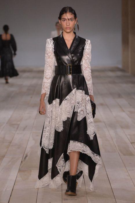 Это платье — яркое доказательство, что даже не сочетаемые текстуры могут создавать стильный и модный наряд. /Фото: fashion-headline.com