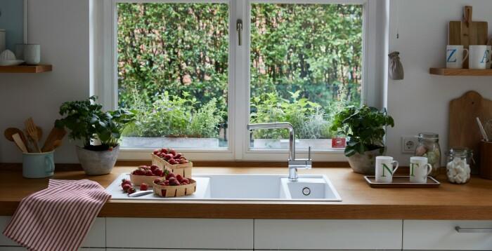 Раковина у окна – тренд, набирающий популярность и в частных домах, и в квартирах. /Фото: cdn.blanco.com