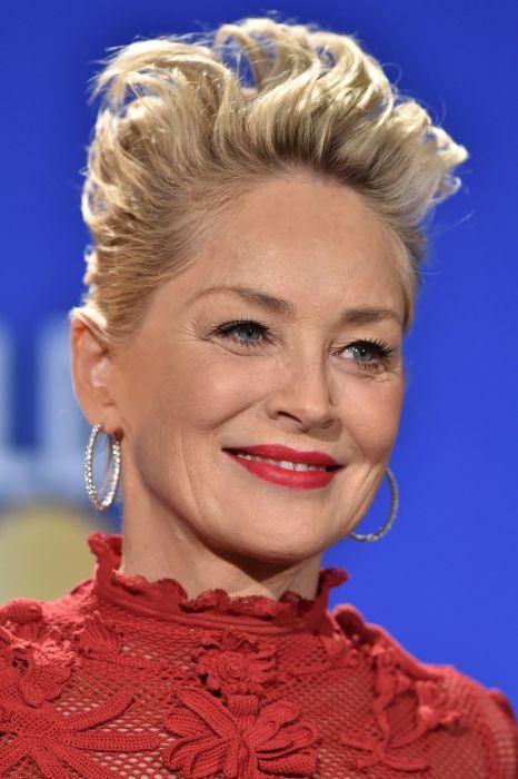 Шерон Стоун неотразима, и красная помада играет не последнюю роль в макияже. /Фото: hips.hearstapps.com