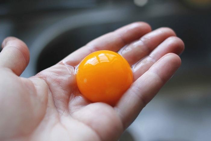 С помощью одного секрета отделить желток от белка станет крайне просто. /Фото: media-exp1.licdn.com