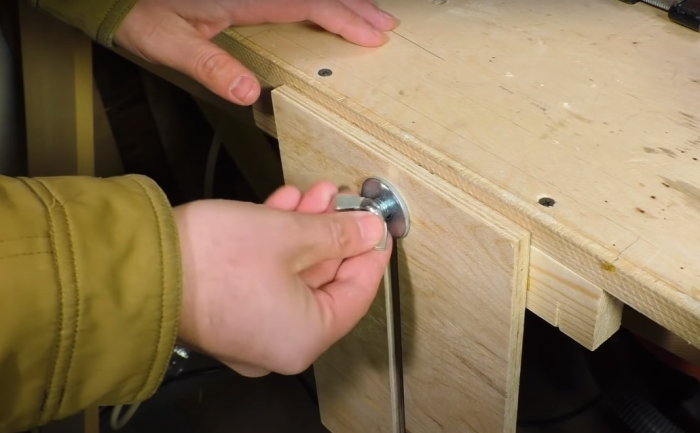 Несложное приспособление, которое сделает работу гораздо удобнее. /Фото: youtube.com