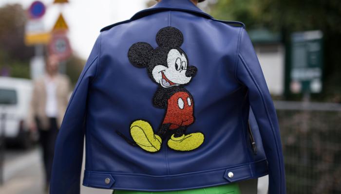 Популярные тренды в одежде часто зависят от любимых фильмов или даже мультиков. /Фото: instyle.com