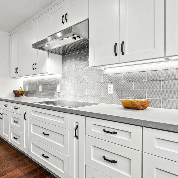 На чистой кухне и поддерживать порядок проще. /Фото: images.squarespace-cdn.com