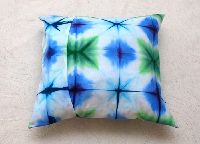 Эта уникальная техника поможет украсить подушки, шторы, футболку или что-то другое, что требует красочного оформления. /Фото: 1igolka.com