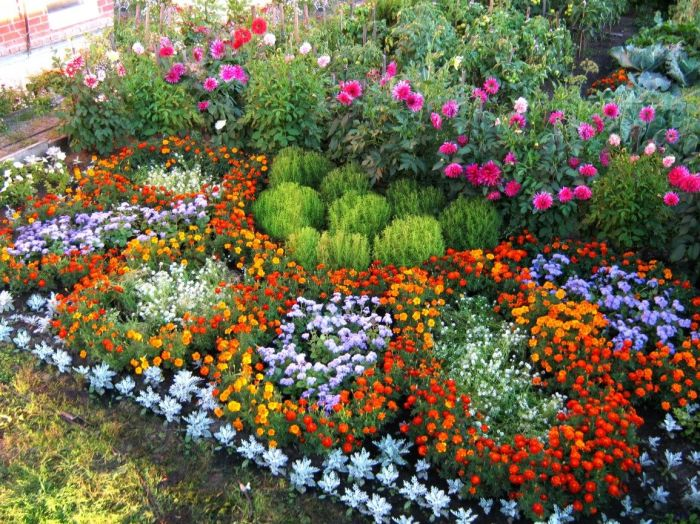 Необычно смотрятся и огромные объемные цветы из цветов. /Фото: i.pinimg.com
