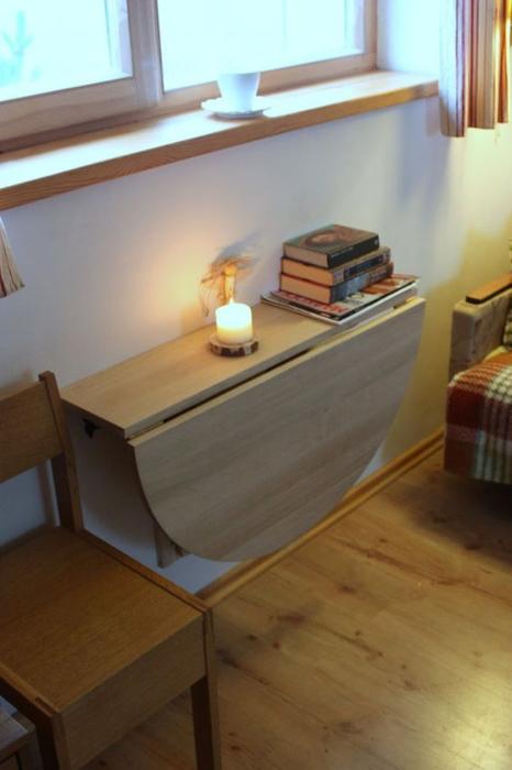 Откидной столик — отличный вариант, когда нравится почитать книгу возле окна. /Фото: trend4homy.com