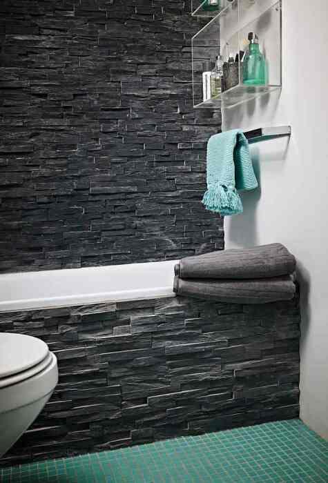 Темный оттенок камня уравновешивается светлыми стенами и белизной сантехники. /Фото: decoracion.in