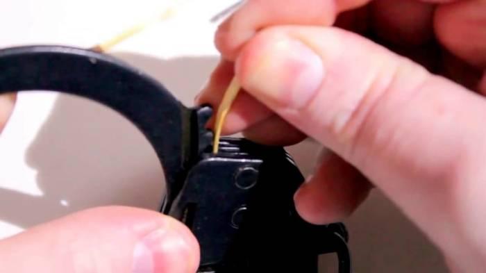 У прочных на вид наручников тоже есть свой секрет. /Фото: i.ytimg.com