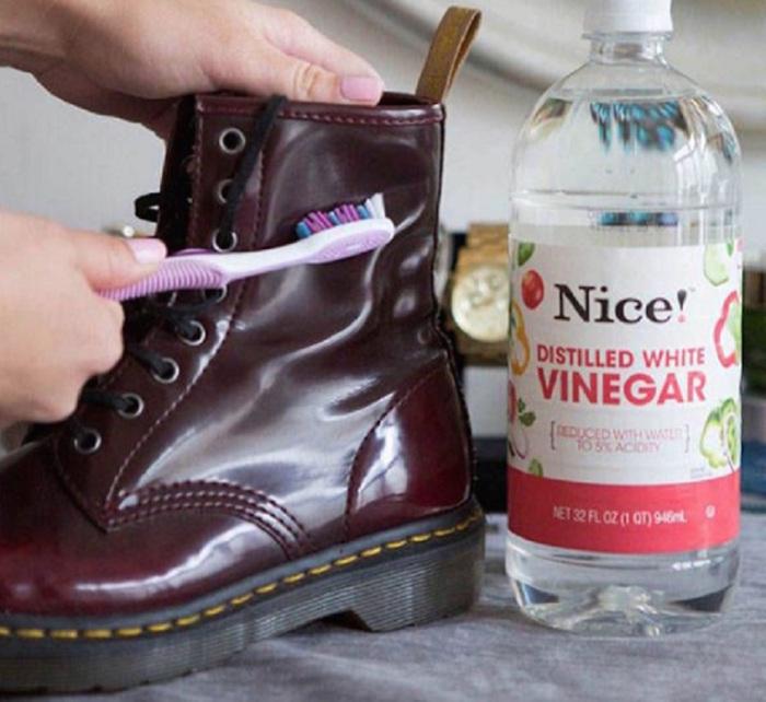 Уксус — эффективное средство от любых неприятностей с обувью. /Фото: finomreceptek.com