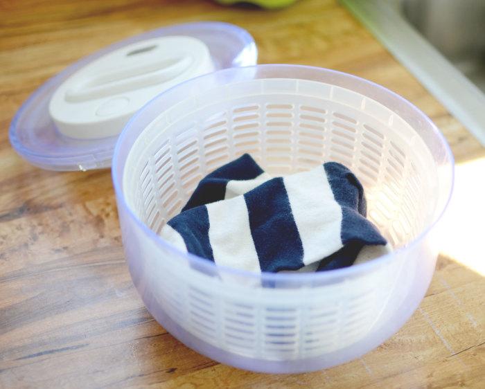 Легкий трюк для ручной стирки одежды. /Фото: storage.googleapis.com