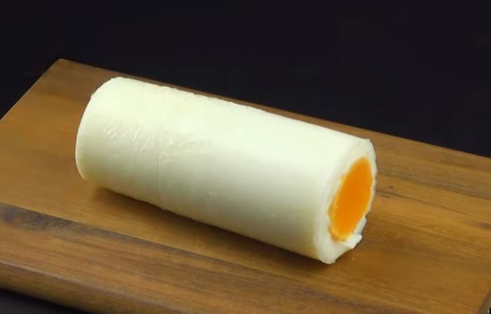 Цилиндрическая форма смотрится оригинально и удобна для нарезки яйца на бутерброды.