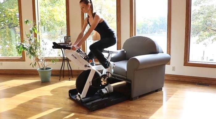 Продукт Stow Fitness экономит место в доме, совмещая два в одном – кресло и тренажер. /Фото: odditymall.com