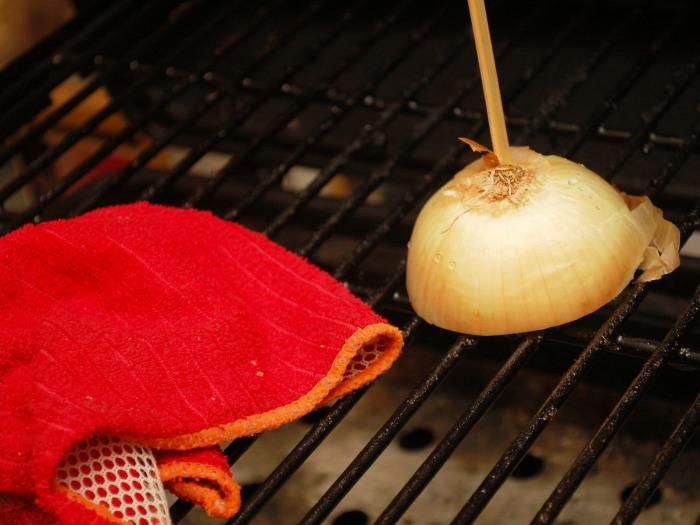 Половинка лука действует весьма эффективно в отношении жира. /Фото: wikihow.com