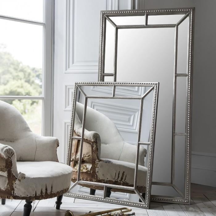Высокое зеркало около окна усиливает свет от него и создает иллюзию дополнительного измерения. /Фото: casanad.com