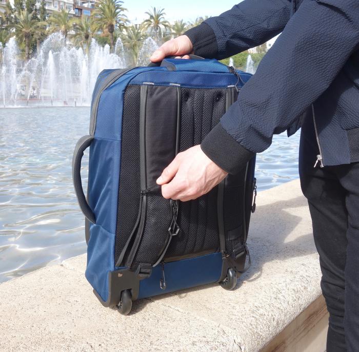Лямки рюкзака Cabin X One активируются простым движением молнии. /Фото: prweb.com