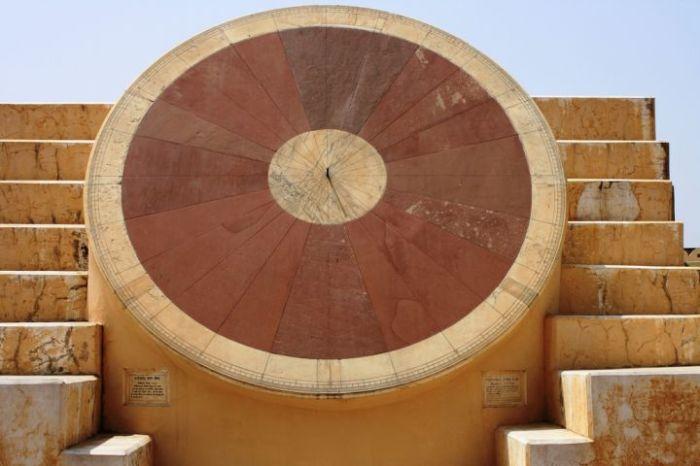 Самые большие солнечные часы находятся в Индии. /Фото: c1.hiqcdn.com