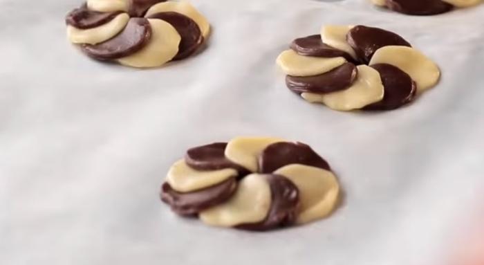 Печенье в форме двухцветного кольца легко формируется из обычного и шоколадного теста.