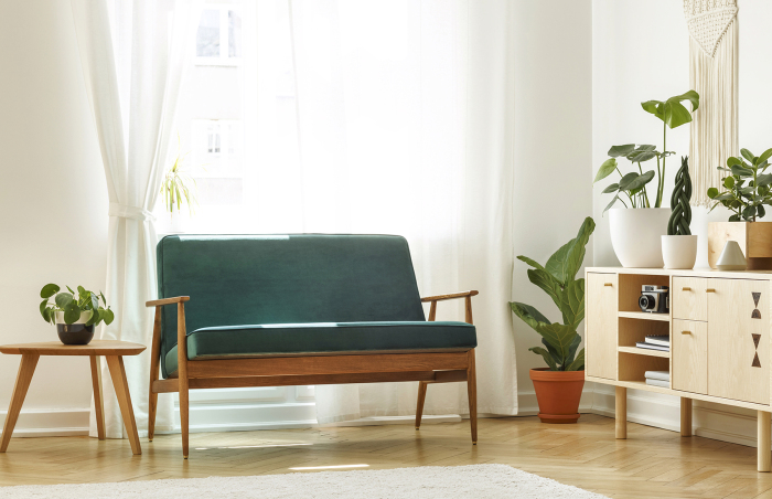 Софа из дерева приятного оттенка с яркой мягкой частью смотрится очень атмосферно. /Фото: opruimcoaches.com