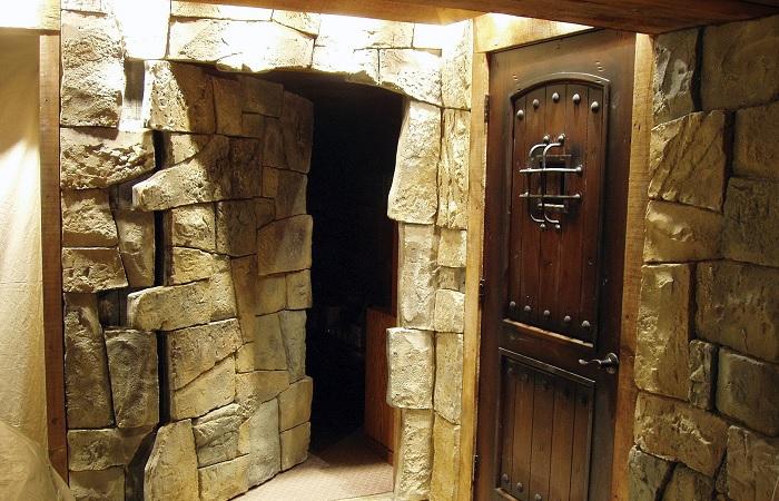 Скрытая дверь может быть в любом уголке помещения: максимально незаметная конструкция.