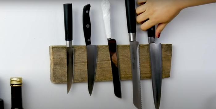 Безопасное и красивое хранение ножей над столешницей. /Фото: youtube.com