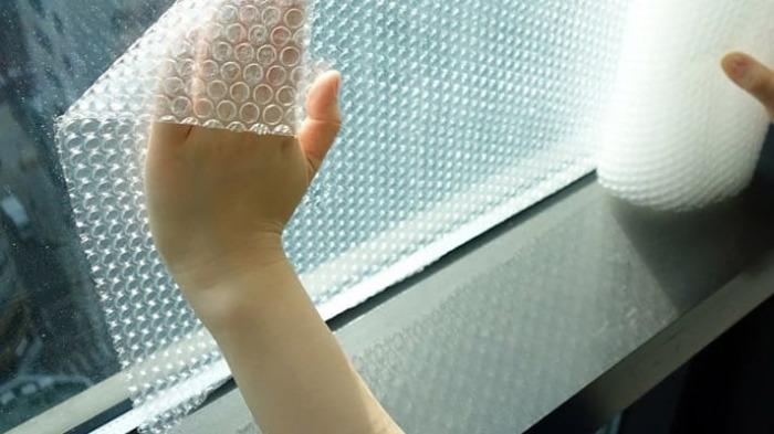 Сделать поверхность менее прозрачной с сохранением света поможет пленка с пузырьками. /Фото: poleznye.info