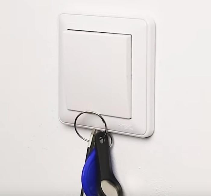 Простой магнит позволяет задать ключам постоянное место в доме.