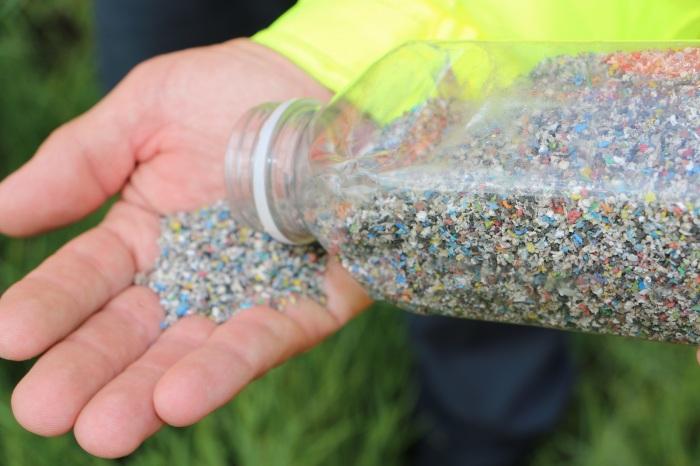 Сначала пластик измельчается в мелкую крошку. /Фото: newtonnews.co.uk