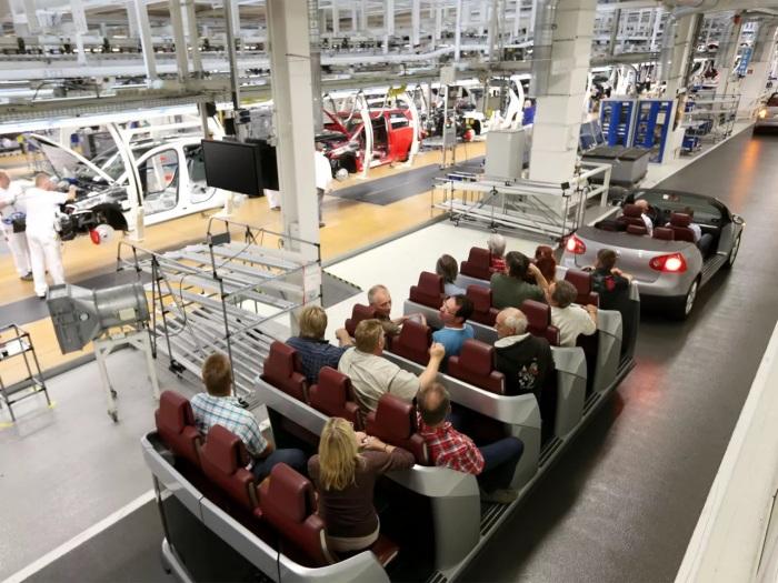 Во время экскурсии по заводу посетители передвигаются на специальном транспорте. /Фото: s7g10.scene7.com