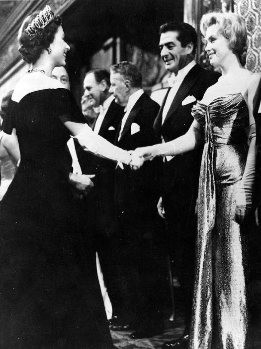 Королева Елизавета и Мэрилин Монро на одной фотографии. /Фото: static.boredpanda.com