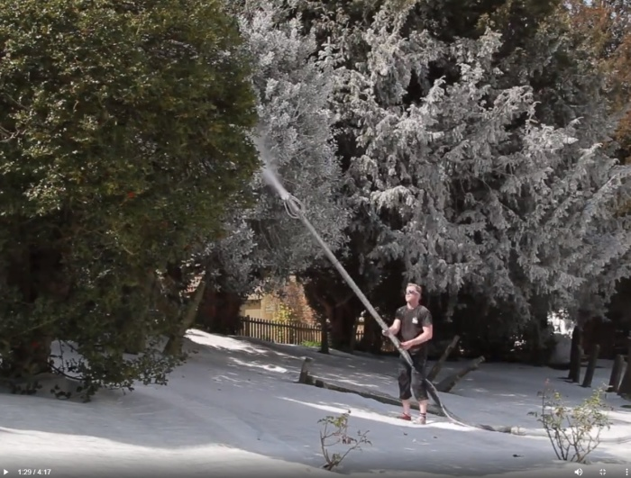Специалист Snow Business создает снежный пейзаж.