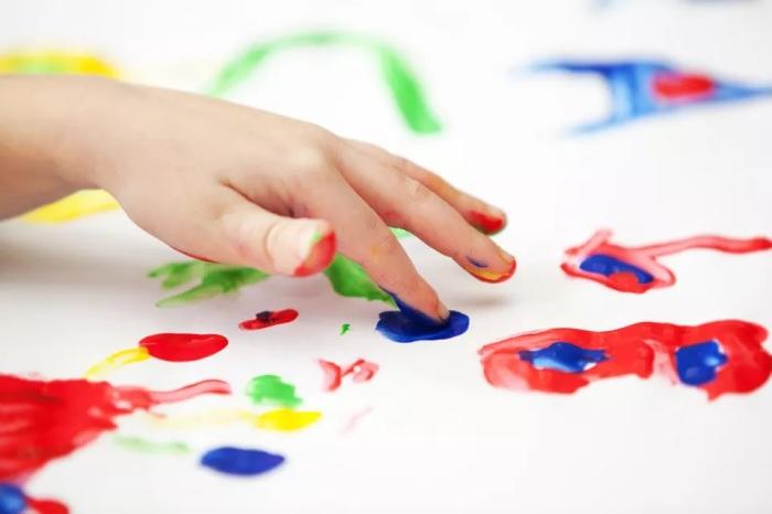Из кукурузного крахмала можно сварить краску для малышей. /Фото: thesprucecrafts.com