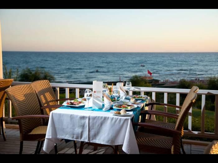 Столик с видом на океан -  только для богатых посетителей. /Фото: lt.zooverresources.com