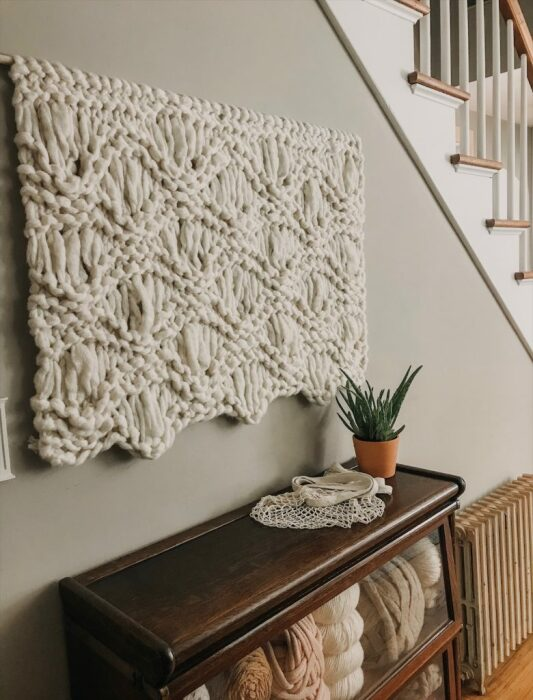 Вязаный декор на стене добавляет тепла интерьеру. /Фото: simplymaggie.com